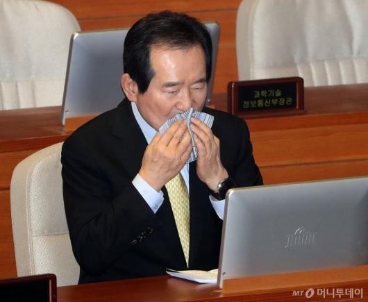 [사진]국회 본회의 출석한 정세균