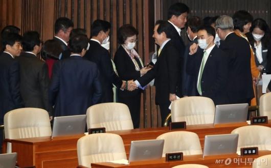 [사진]의원들과 악수하는 정세균 총리