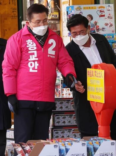 [사진]마스크 착용 안내문 가리키는 황교안