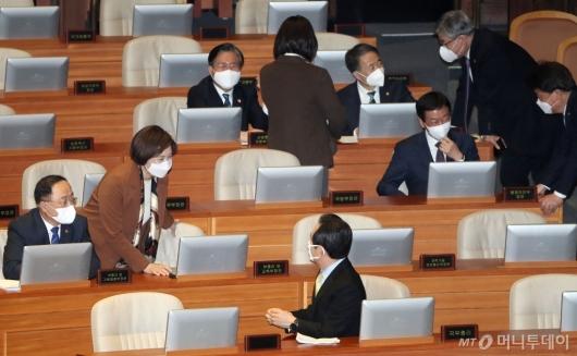 [사진]국회 본회의 출석한 총리와 장관들