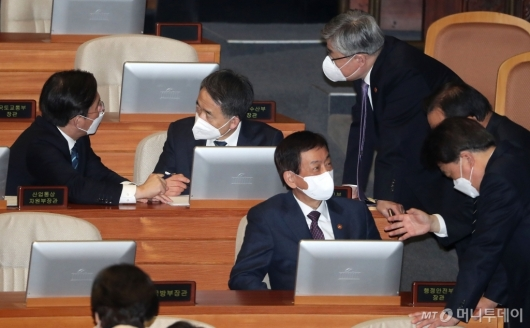 [사진]국회 본회의 출석한 장관들
