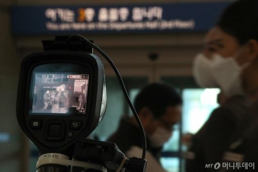 [사진]공항 출발층서 발열 체크