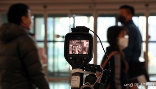 [사진]인천공항 출발층 입구에 설치된 열화상 카메라