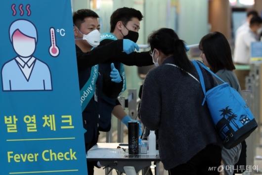 [사진]'발열 검사 받고 출국'