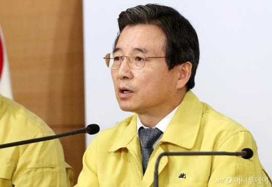 [사진]'마스크 수급 안정화 대책' 발표하는 김용범 차관