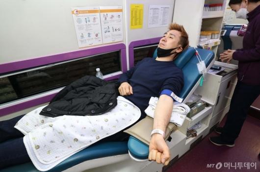 [사진]코로나19 극복 위해 헌혈하는 김병지