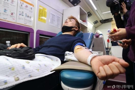 [사진]코로나19 혈액 수급 해소 위해 헌혈하는 김병지