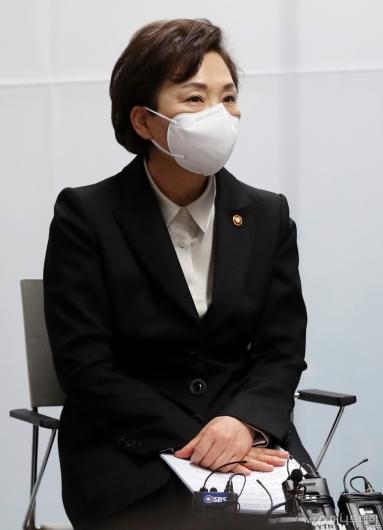 [사진]마스크 착용한 김현미 장관