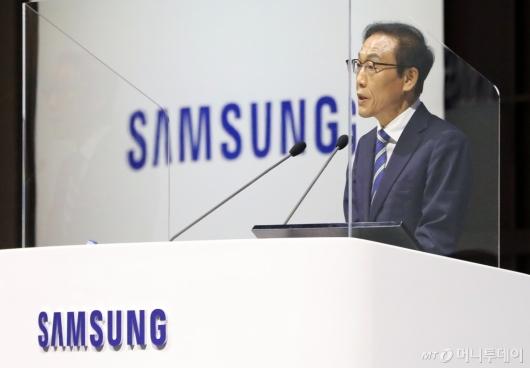 [사진]'코로나19 예방' 가림막 안에서 발언하는 김기남 삼성전자 대표이사
