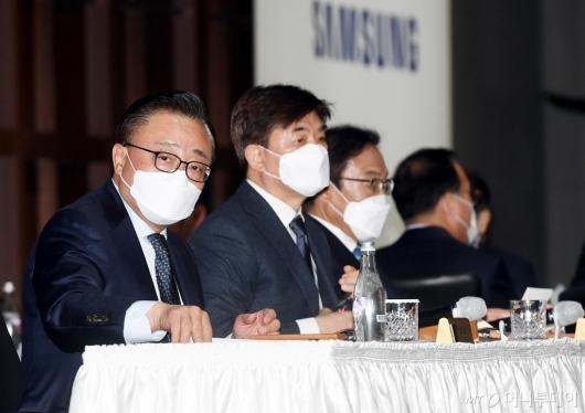 [사진]주총 참석한 고동진-김현석-김기남 삼성전자 대표이사