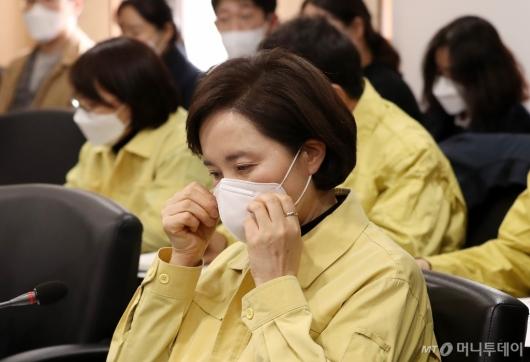 [사진]마스크 착용하는 유은혜 부총리