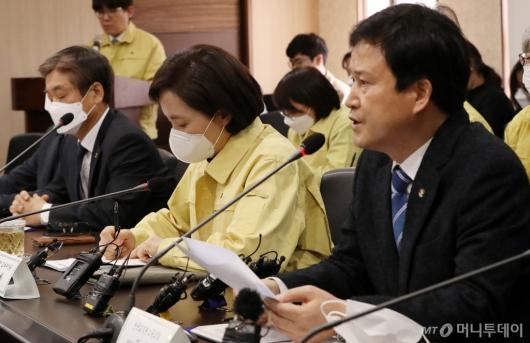 [사진]전교조 위원장 발언 듣는 유은혜 부총리