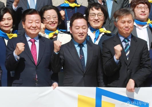 [사진]화이팅 외치는 정봉주 열린민주당 최고위원