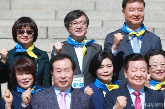 [사진]화이팅 외치는 김의겸 열린민주당 비례대표 후보