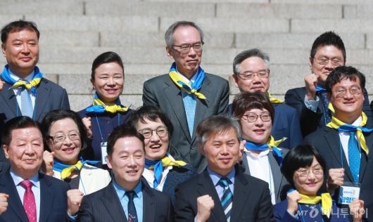 [사진]기념촬영하는 주진형 열린민주당 비례대표 후보