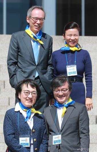 [사진]기념촬영하는 열린민주당 비례대표 후보들