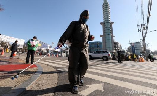 [사진]교회 앞 소독하는 관계자들