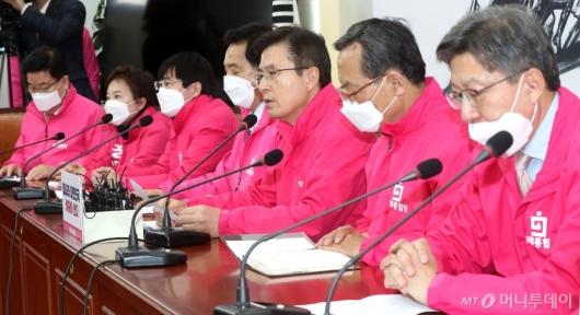[사진]중앙선거대책위원회의 발언하는 황교안