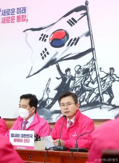 [사진]중앙선거대책위원회의 주재하는 황교안 대표