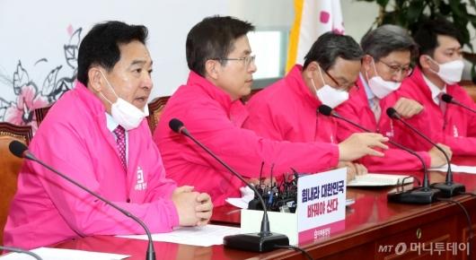 [사진]중앙선거대책위원회의 발언하는 심재철