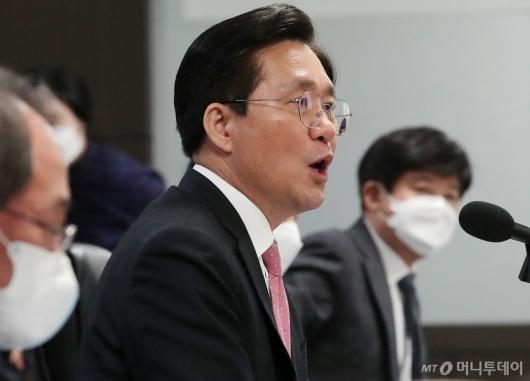 [사진]코로나19 대응 자동차부품업계 간담회 발언하는 성윤모 장관