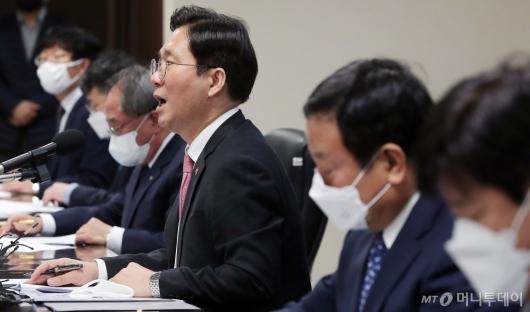 [사진]차부품업계 코로나19 관련 발언하는 성윤모 장관
