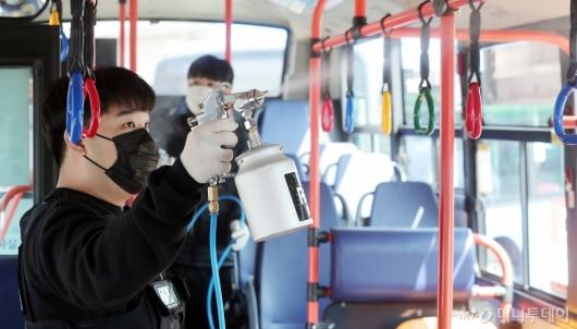 [사진]코로나19 생활감염 방지 '버스 방역 철저히'