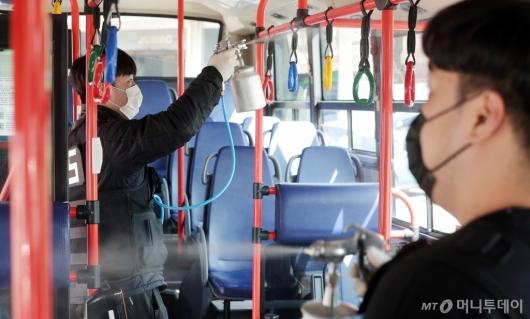 [사진]대중교통 최상위 방역체계 가동 '철저한 방역'