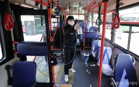 [사진]'버스 코로나19 방역 꼼꼼하게'
