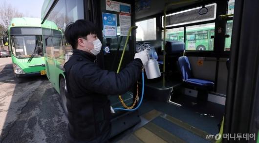 [사진]'버스 운행 전 실시되는 방역'