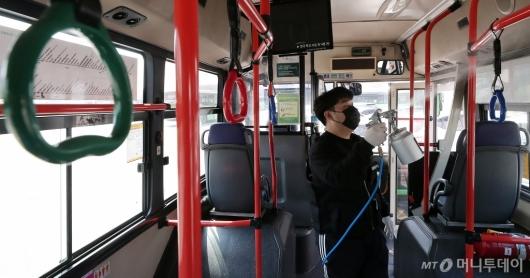 [사진]'버스 방역 꼼꼼하게'