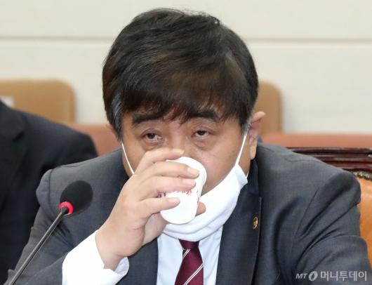 [사진]물 마시는 한상혁 위원장