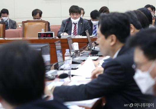 [사진]질의 경청하는 한상혁 위원장