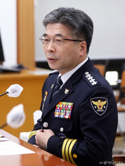 [사진]디지털성범죄 특수본 회의 준비하는 민갑룡 경찰청장