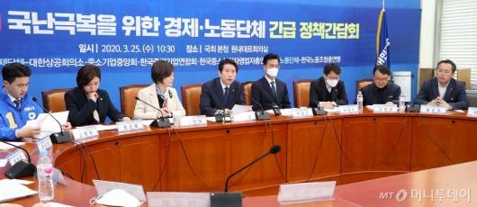 [사진]경제-노동단체 정책간담회 주재하는 이인영