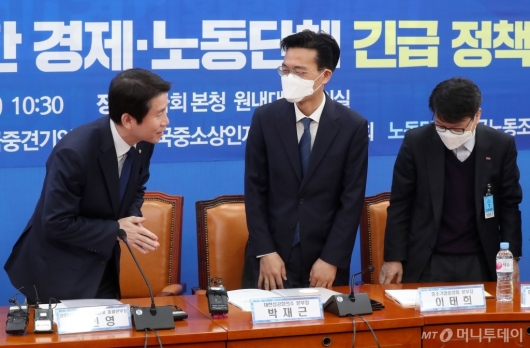 [사진]경제-노동단체 참석자들과 인사하는 이인영