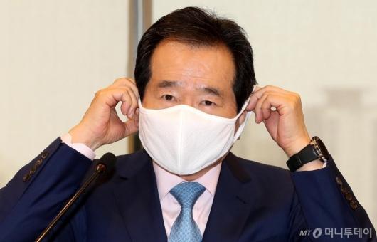 [사진]마스크 착용하는 정세균 총리