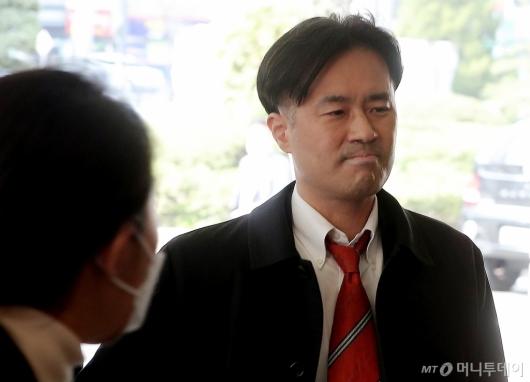 [사진]입 굳게 다물고 공판 출석하는 김웅