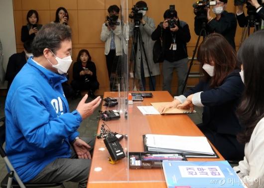 [사진]총선 후보 접수하는 이낙연