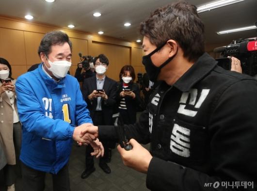 [사진]신동욱 후보와 악수하는 이낙연 후보