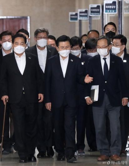 [사진]중앙선거대책위원회의 참석하는 황교안