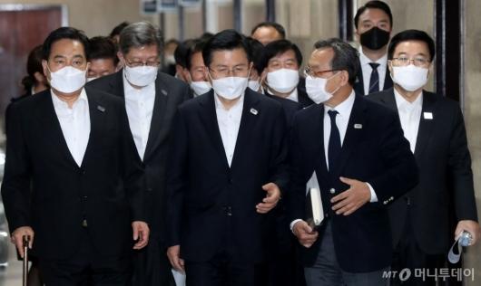 [사진]중앙선거대책위원회의 참석하는 황교안 대표