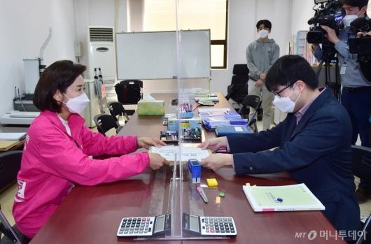 [사진]21대 총선 후보 등록하는 나경원