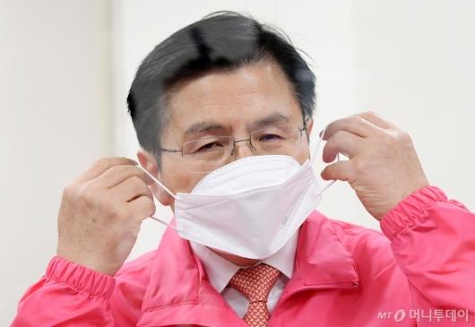 [사진]마스크 착용하는 황교안