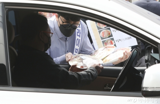 [사진]'수산물도 차안에서 구입해요'