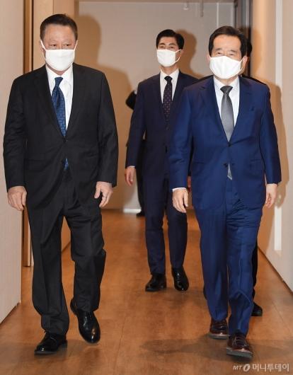 [사진]경제단체 간담회 참석하는 정세균 총리-박용만 회장