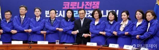 [사진]더불어시민당 비례대표 후보자들과 손잡은 이해찬