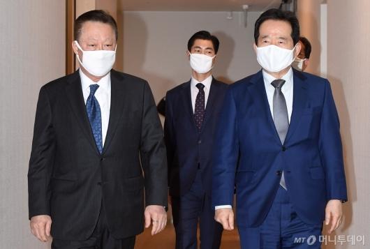 [사진]마스크 착용한 정세균 총리-박용만 회장