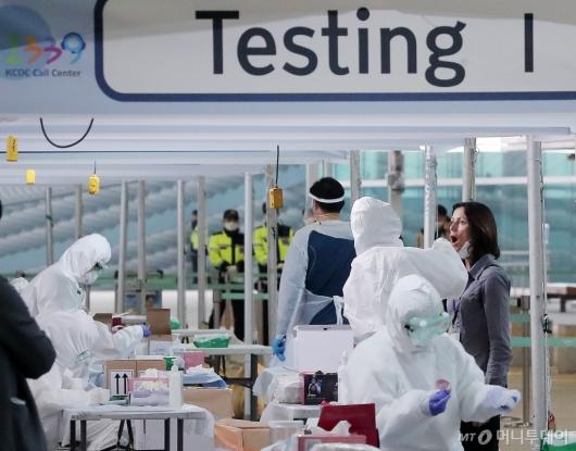 [사진]인천공항 코로나19 워킹스루 진단 받는 외국인