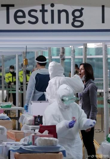 [사진]외국인 입국자 코로나19 워킹스루 검사